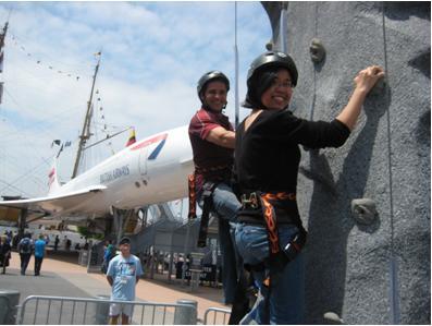 Anh và tôi thử rock climbing tại Intrepid Museum, fleet week, NYC, mùa xuân 2012