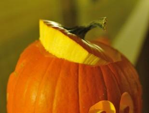 Trổ một mảng hình tròn hoặc ngũ/lục giác xung quanh cuống bí để lấy ruột và hạt ra ngoài