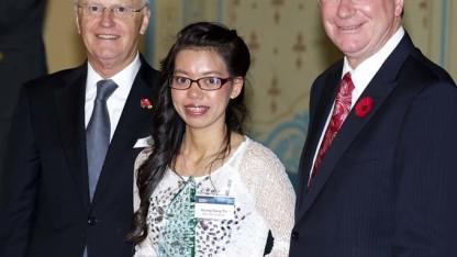 Đặng Thị Hương nhận giải thưởng từ Thủ hiến bang Victoria Denis Napthine (bìa phải) - Ảnh do nhân vật cung cấp