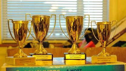 Cúp vàng và huy chương cho các đội tham dự giải