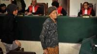 Trong một phòng xử án, thẩm phán Marzuki mang một tâm trạng nặng nề khi phải xử một bà lão bị buộc tội ăn cắp sắn. Bà lão tường trình...