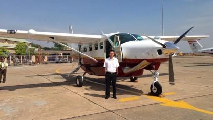 TS. Lương Hoài Nam bên loại máy bay Cessna Grand Caravan của Mỹ mà Hàng không Hải Âu sắp khai thác ở Việt Nam.