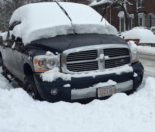 Ô tô bị tuyết phủ lớp tuyết dày.