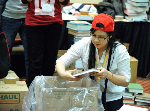 Du học sinh gom ngàn quyển sách từ Mỹ về Việt Nam