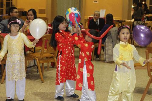 Trẻ em vui tết Việt trong tình cảm cộng đồng ấm áp trên vùng băng giá