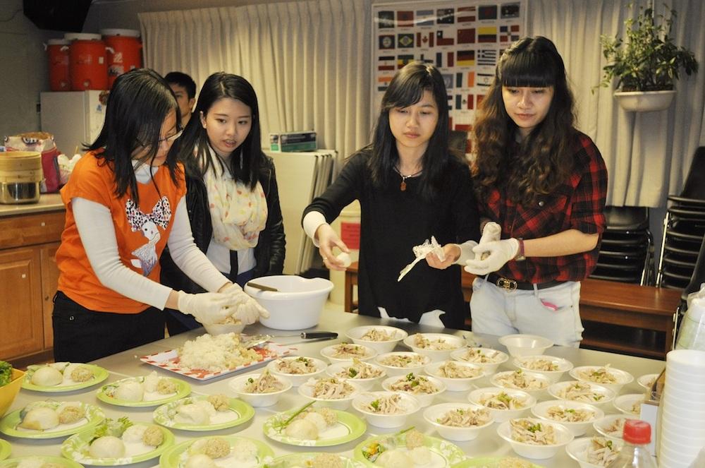 Cùng nhau chuẩn bị món ăn để giới thiệu với thực khách