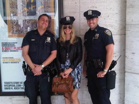 """Cảnh sát New York """"thi đấu"""" Hip Hop với nhóm nhảy đường phố"""