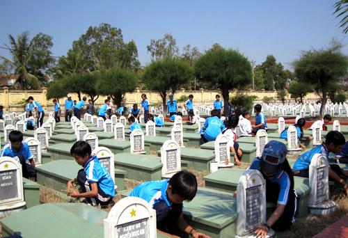 Ngôi trường nhận chăm sóc nghĩa trang liệt sĩ