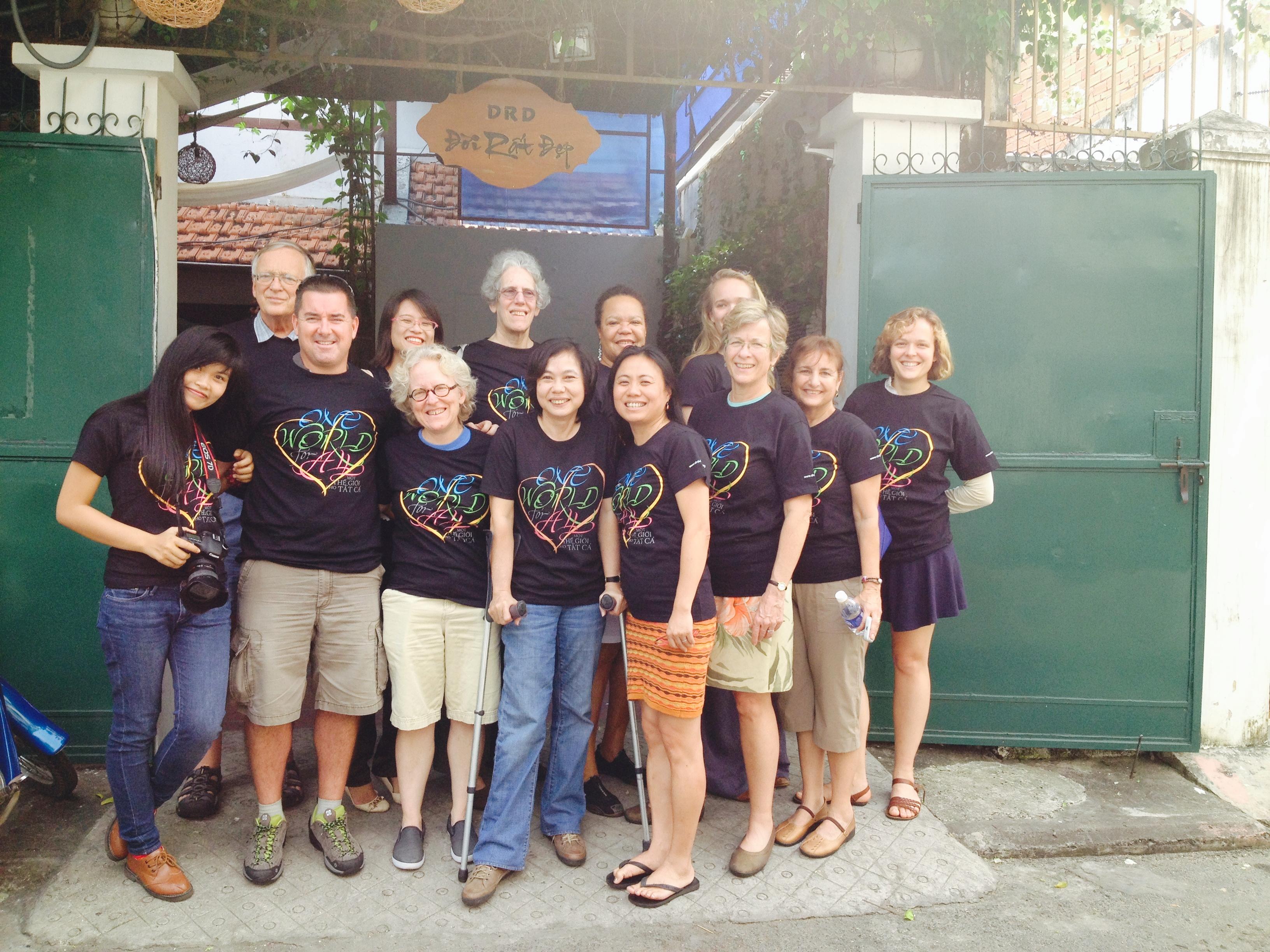 Chị Sandy Đặng (thứ tư từ bên phải) cùng đoàn tình nguyện tại tổ chức Đời Rất Đẹp ở Việt Nam. Ảnh do Sandy Đặng cung cấp