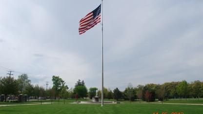 Trước khi tôi về Việt Nam hè năm ngoái, tôi có dạo chơi ở Quincy, một thị trấn yên bình phía Nam gần Boston. Ảnh chụp cột cờ lớn ở công viên trung tâm Quincy, MA.