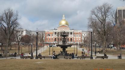 Một phần Boston Common, Freedom Trail với toà nhà quốc hội mới đằng sau.