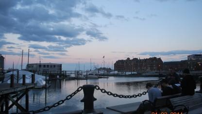 Dạo chơi với mấy người bạn Mỹ ở một bến cảng phía tây bắc của Boston trước khi hoàng hôn.