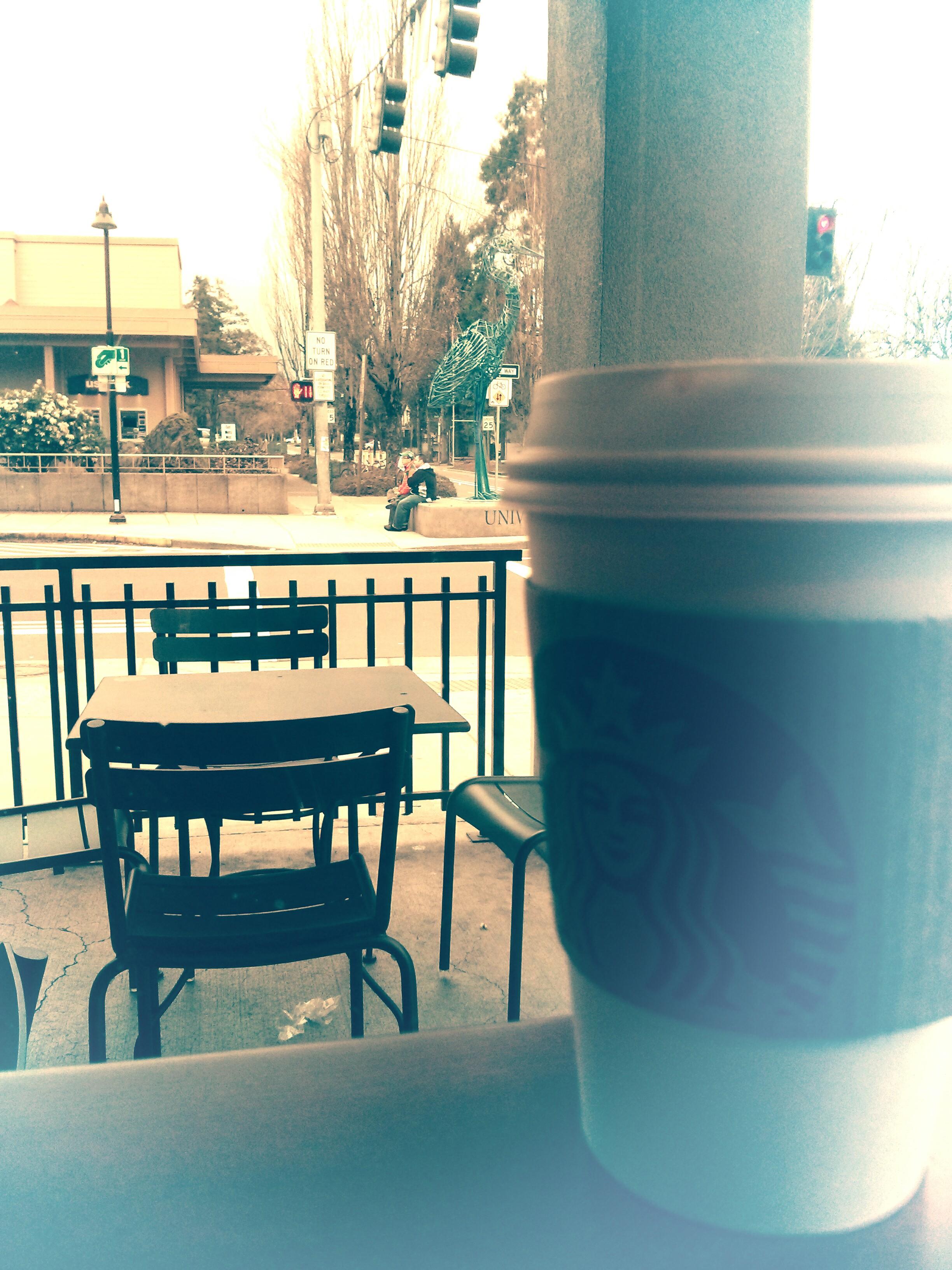 Vị trí tôi hay ngồi thưởng thức cafe và nhìn ra ngã tư có cột đèn giao thông ... đặt biệt