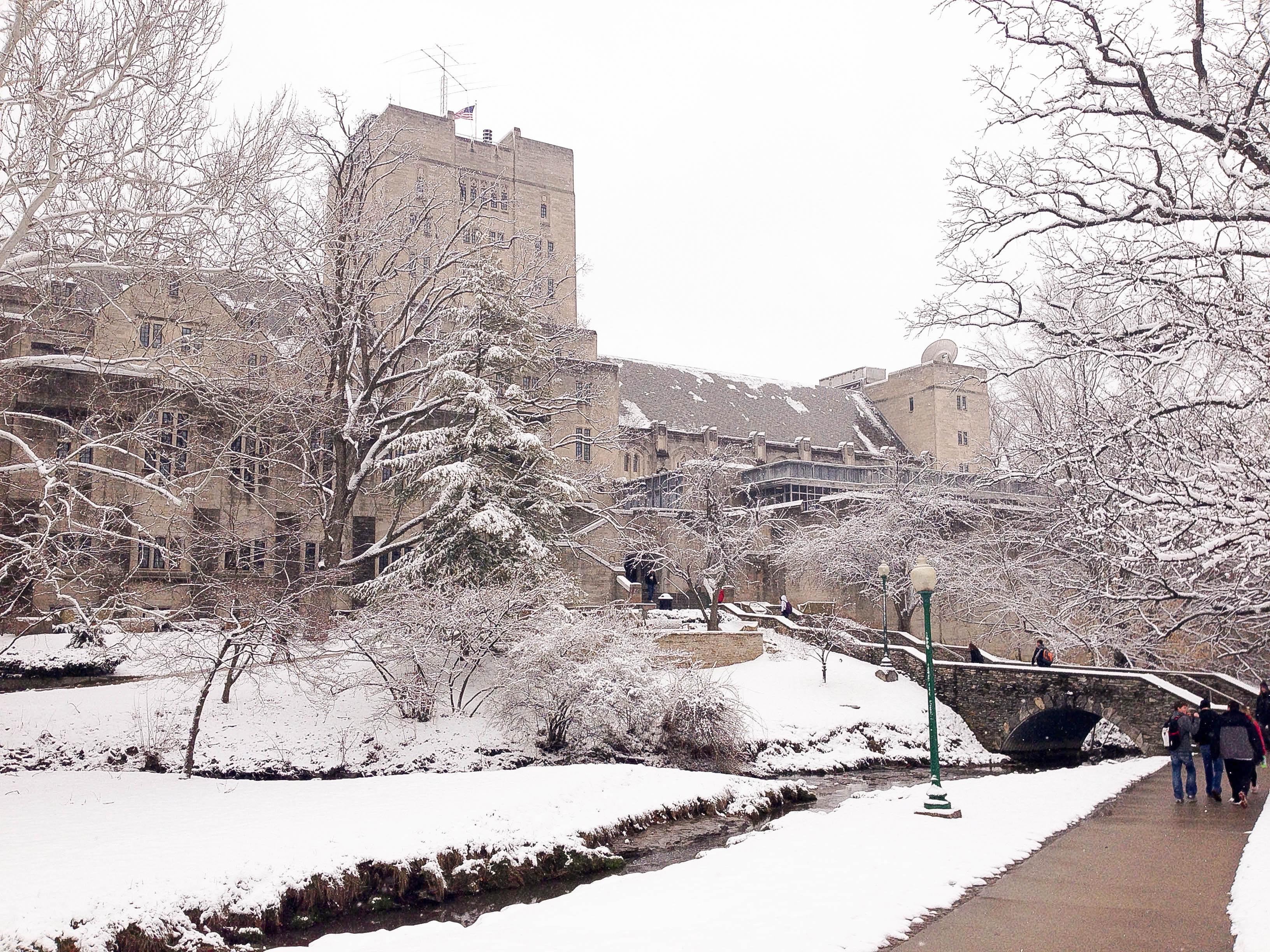 Vẻ đẹp của Indiana Memorial Union dưới tuyết, đây cũng là 1 trong 5 MU lớn nhất nước Mỹ, với diện tích hơn 46.5 nghìn mét vuông (500,000 sq. ft.) (imu.indiana.edu).