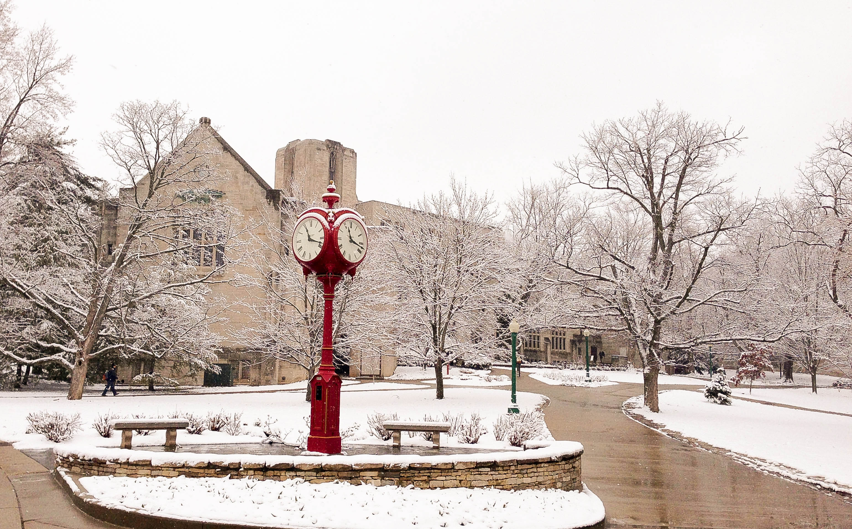 Đồng hồ đỏ nổi bật giữa trời tuyết có mặt ở khắp nơi trong campus