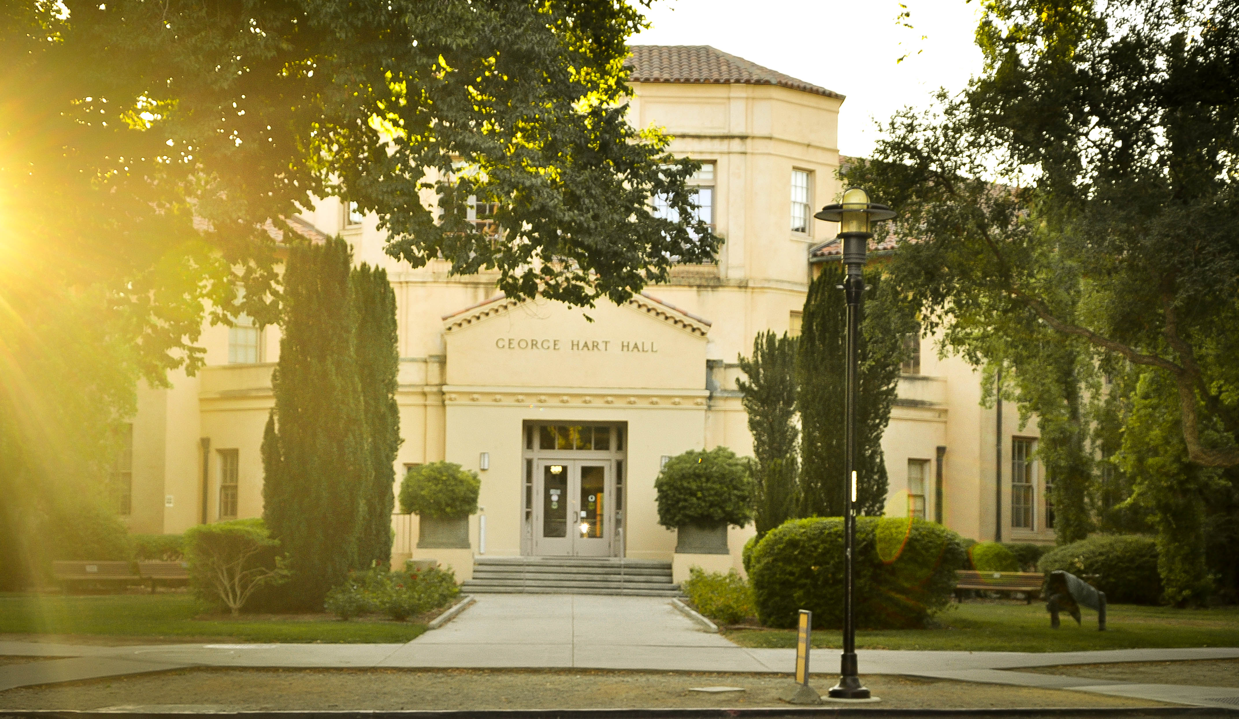 George Hart Hall, một trong những toà nhà lâu đời của UC Davis