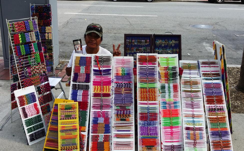 Chú Malku và những chiếc vòng xinh xắn chú tự đan
