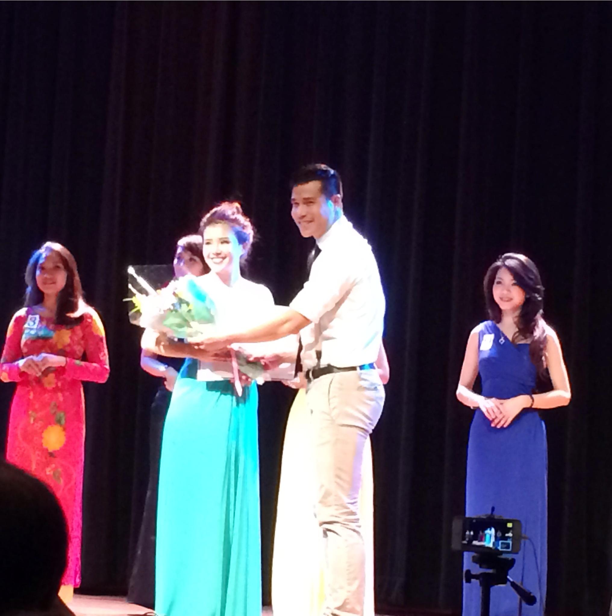 Nam Vương Tiến Đoàn trao giải cho Thí sinh được yêu thích nhất Trịnh Yến Nhi