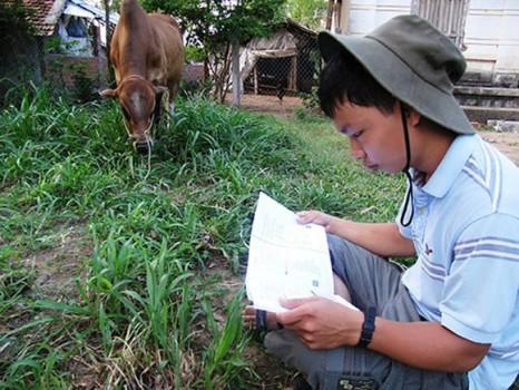 Cậu bé chăn bò nhận hai học bổng quốc tế