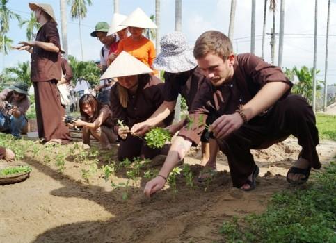 Sinh viên quốc tế học làm nông