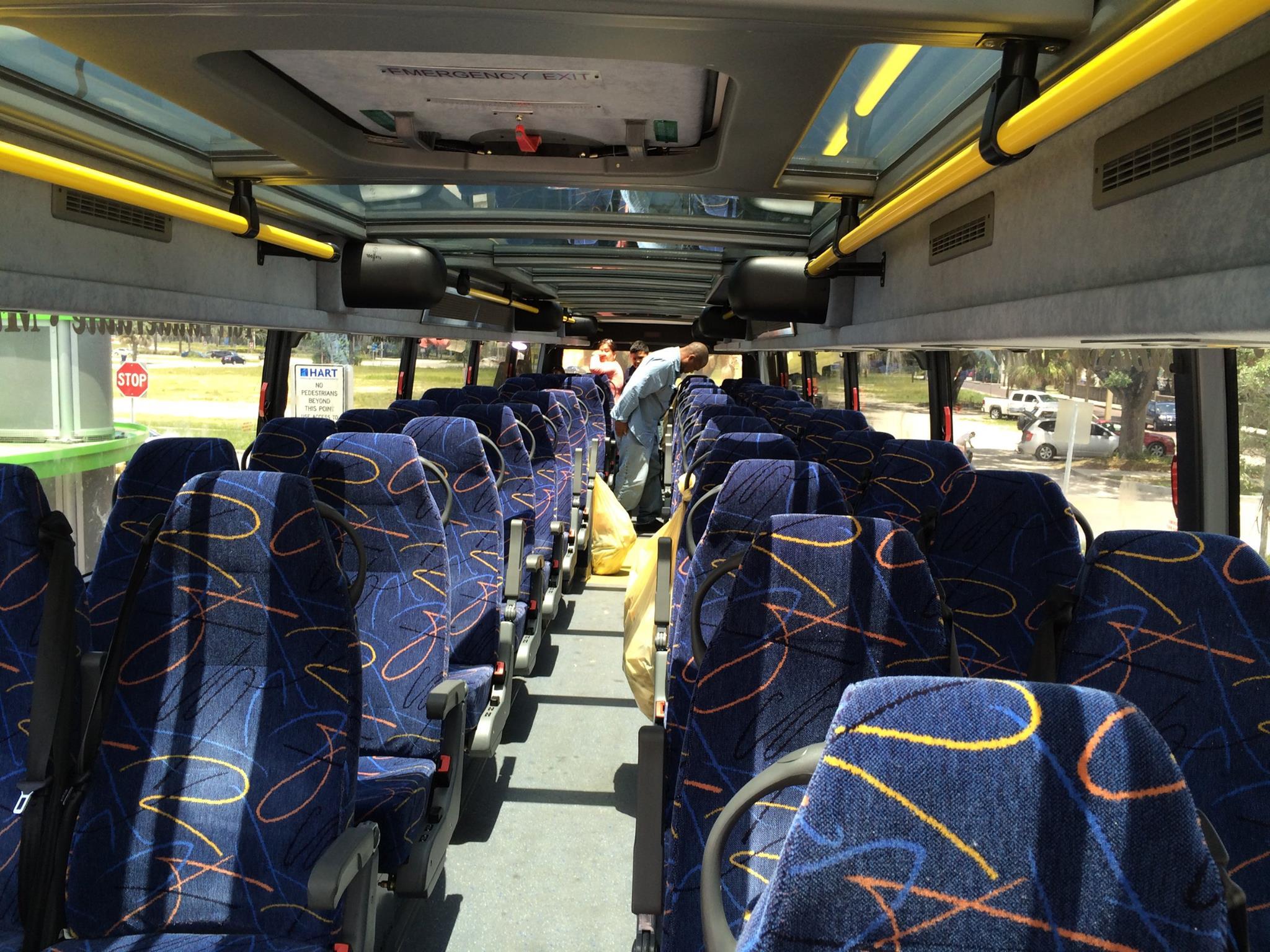 Đây là chiếc xe buýt hai tầng với hơn 80 chỗ ngồi. Tầng 2 luôn chan hoà nắng bởi trên nóc là tấm vật liệu trong suốt