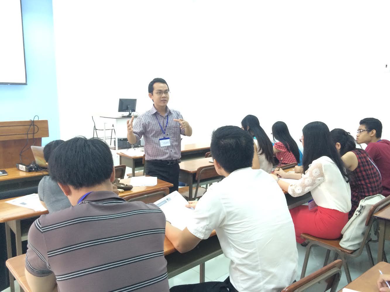 Anh Hoài Chung, chuyên gia đào tạo SAT và tư vấn săn học bổng đang trao đổi với các bạn học viên.