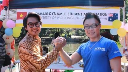 Hoàng cùng với chủ tịch HSV Indonesia trong ngày hội Asian Festival - 9/2014 ( Ảnh do nhân vật cung cấp)