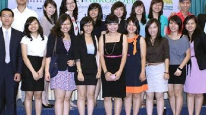 Hoàng Quyên (hàng trước, thứ năm từ phải sang) tại buổi họp báo giới thiệu hội thảo Chuyền đuốc VietAbroader 2012