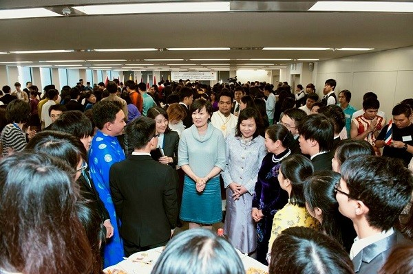 Chí Long được gặp gỡ bà Abe - Đệ nhất phu nhân Nhật Bản (áo cổ xanh) cùng Phu nhân Thủ tướng Nguyễn Tấn Dũng (áo dài đen)