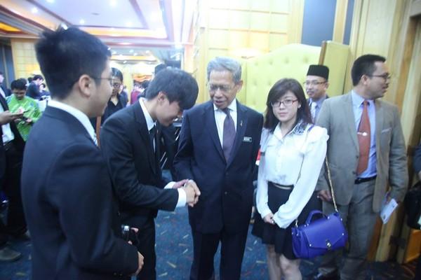 Gặp gỡ và bắt tay với ngài Bộ trưởng Bộ Công Thương Malaysia