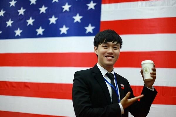 Chiếc cốc của ngài Obama mà Chí Long may mắn có được.