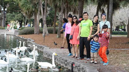 Florida vẫn nắng ấm trong Giáng sinh và Năm mới: Trong ảnh- một gia đình người Việt vui chơi tại hồ Eola, Orlando, Florida