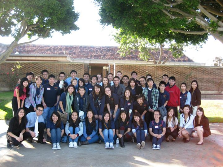 Sao Ly cùng Ban tổ chức và Tình nguyện viên của Hội Tình Nguyện Y Tế cho Cộng Đồng Người Việt tại Mĩ