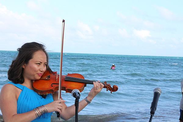 Trong tiếng vĩ cầm du dương và tiếng sóng biển rì rào...