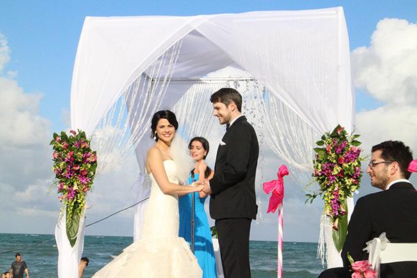 Cô dâu chú rể tay trong tay, trao nhẫn