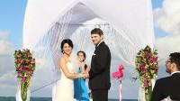 Trong khi đám cưới ở Việt Nam quá chú trọng vào cỗ bàn, ăn uống thì ở Mỹ, đám cưới diễn ra giữa cảnh thiên nhiên tuyệt đẹp, những bàn tiệc đầy ắp được thay bằng lời chúc phúc của bạn bè, tiếng vĩ cầm réo rắt.