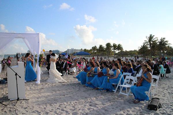 Đám cưới tổ chức bên bờ biển ở Miami, Florida. Chỉ có chừng 50 người thân thiết của cô dâu chú rể được mời tham dự