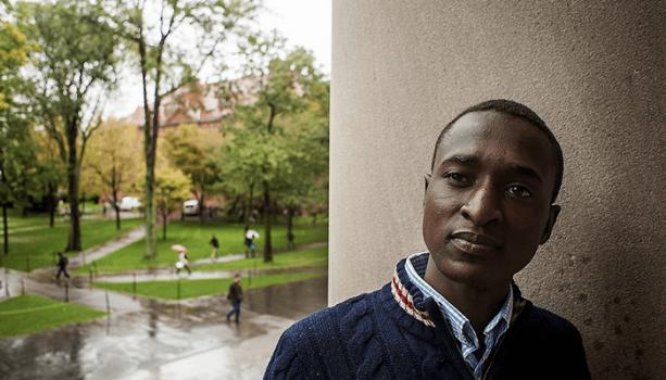 Chàng Trai Mồ Côi Ăn Xin Từ Bãi Rác Thẳng Tiến Đến Harvard