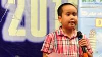 """Đỗ Nhật Nam đang là học sinh trường Saint Paul (Hoa Kỳ). Gần đây cậu bé này """"gây bão"""" với bài thơ tổng kết sự kiện thế giới năm 2014 bằng tiếng Anh, tiếng Việt."""
