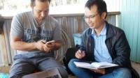 Siu Hril vừa nhận bằng thạc sĩ ở Trường Đại học Tổng hợp Hawaii (Mỹ), anh từ chối lời mời làm cho các doanh nghiệp nước ngoài mà quay về quê hương truyền dạy kiến thức cho người Jrai.