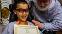 Dù toàn thân bị bại liệt, nhưng cậu bé 11 tuổi này đã khiến nhiều người thán phục khi đoạt HVC giải Toán học trẻ quốc tế năm 2014.