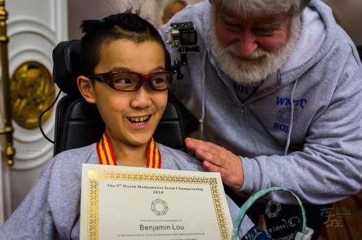 Cậu bé 11 tuổi liệt toàn thân giành HCV Toán học trẻ quốc tế