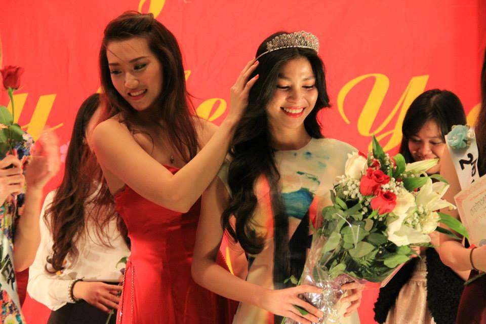 Đặng Mỹ Hương - Miss VNNY 2015 được trao giải bởi Cao Thanh Hằng, Hoa Hậu ảnh Việt Nam 2006