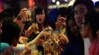 """""""Uống rượu là phải say, nếu không say khác gì vứt tiền đi"""", AFP dẫn lời một thanh niên ở Hà Nội tuyên bố khi được hỏi về tình trạng tiêu thụ bia rượu ngày càng tăng của Việt Nam."""