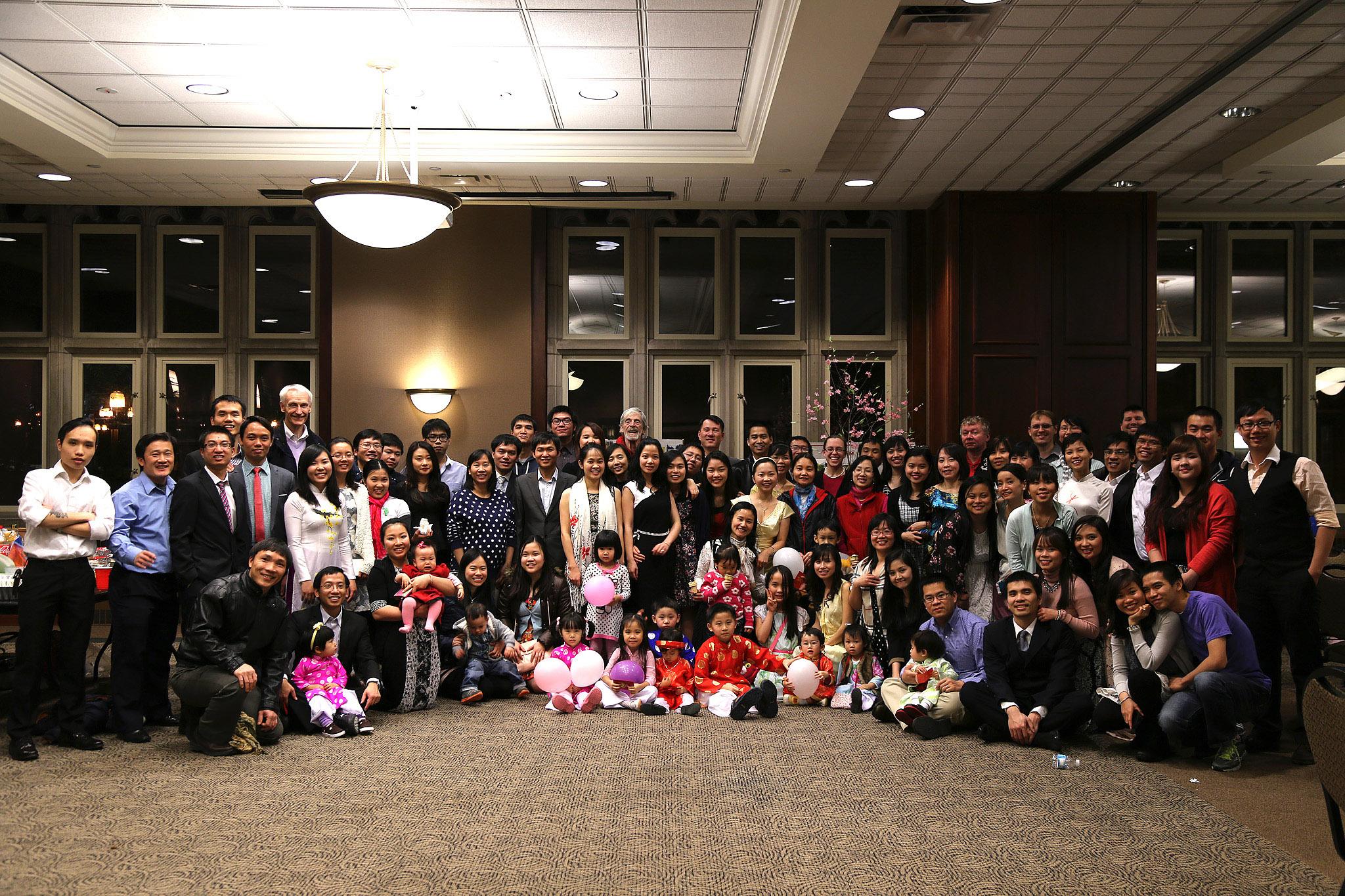 Các bạn sinh viên, nghiên cứu sinh và khách mời chụp ảnh lưu niệm đầu năm.