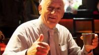 Luôn tự nhận mình là người 100 tuổi, David William Devin gây thiện cảm với học sinh của mình bởi nụ cười thân thiện và khả năng nói tiếng Việt ấn tượng. Ông cho rằng người Việt thường mắc lỗi khi phát âm 5 từ tiếng Anh cơ bản sau: Is - was - his - always -because.