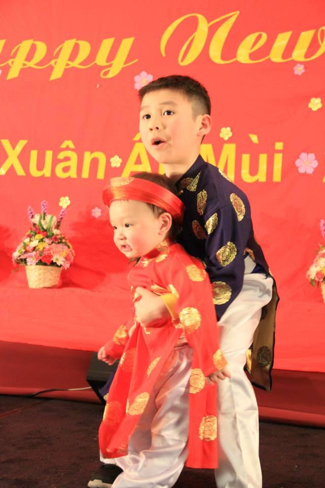 Hai anh em trong trang phục áo dài truyền thống tại Tết Tình Yêu