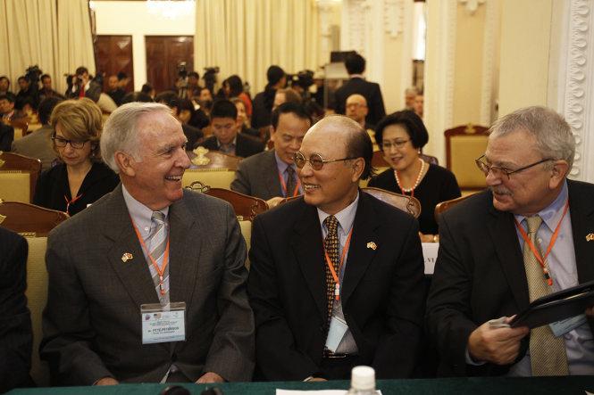 Cựu Đại sứ Mỹ tại Việt Nam Pete Peterson và cựu Đại sứ Việt Nam tại Mỹ Lê Văn Bàng (từ trái qua phải) trò chuyện thân mật trước khi buổi hội thảo bắt đầu - Ảnh: NGUYỄN KHÁNH