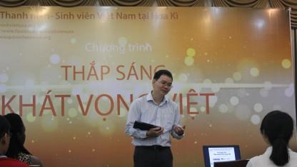 1.Chủ tịch Hội Sinh viên Việt Nam tại Mỹ -  ông Huỳnh Thế Du phát biểu mở đầu buổi tổng kết.