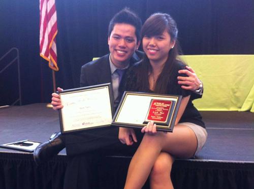Quân và vợ, Phương Linh tại lễ trao bằng chứng nhận Cống Hiến cho Hội Sinh Viên toàn trường Bunker Hill. Ảnh: NVCC